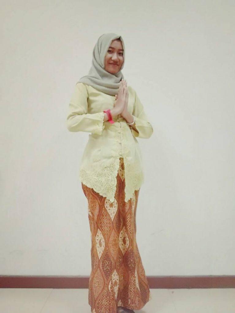Mahasiswi Sastra dengan Kostum Cantiknya